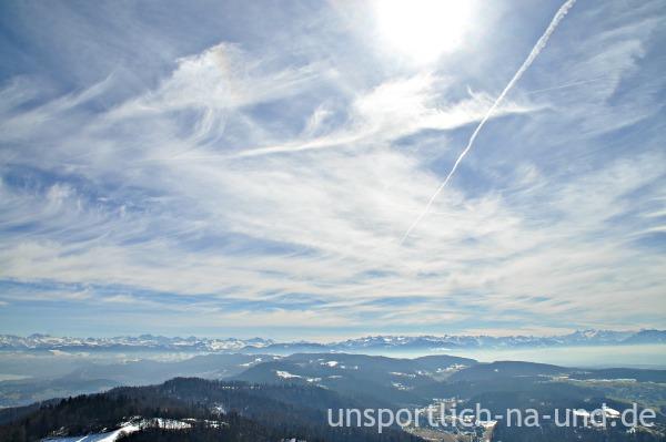 Aussicht von Uetliberg auf die schneebedeckten Alpen.