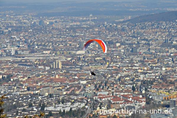 Paraglider am Uetliberg über Zürich.