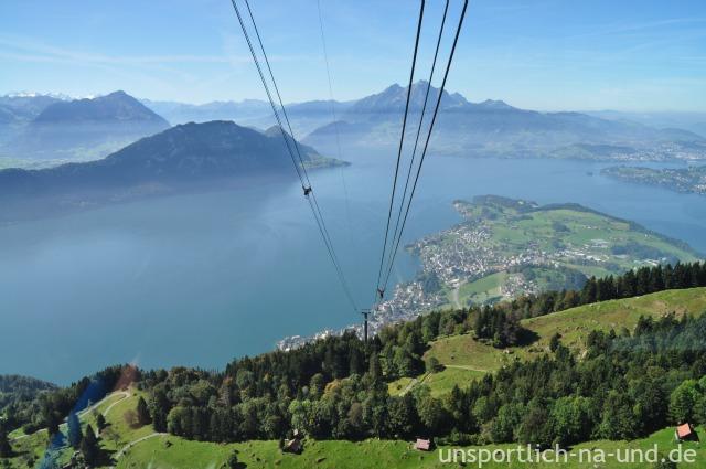 Blick von der Seilbahn auf den Vierwaldstätter See und Weggis
